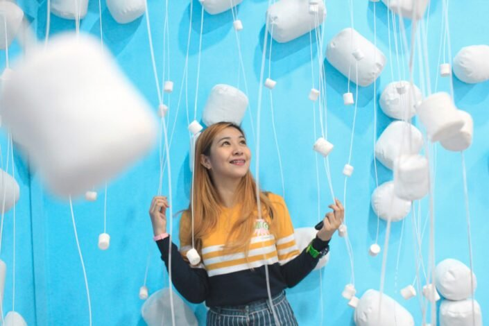 girl with marshmallow balloons